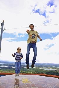 Victor y un niño saltando en la cima