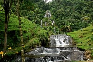 Cascada y Pozas Naturales