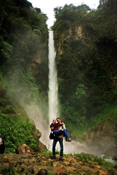 Ruth y Victor en una cascada