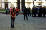 Ruth pasando de la policía del centro de Rio de Janeiro