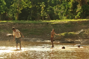 Niños jugando en el río