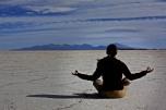 Haciendo yoga en el salar de uyuni