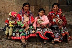 familia andina con llamita