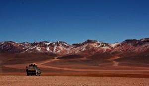 Montañas ocres y nuestro jeep