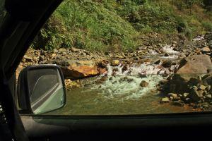 Atravesando cauces de agua hacia Machu Picchu
