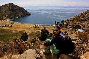 Ruth viendo el Titicaca en la Isla del Sol