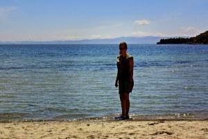 Ruth mojandose los pies en el Titicaca