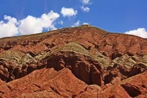 Cerros multicolores y columnas de arenisca