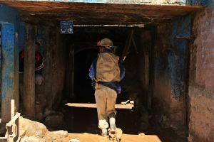 Minero entrando en túneles