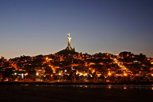 Coquimbo de noche con su gran cruz del milenio