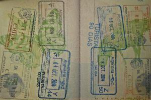 Pasaporte lleno de sellos Argentina y Chile