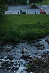 El río y la zona de acampada