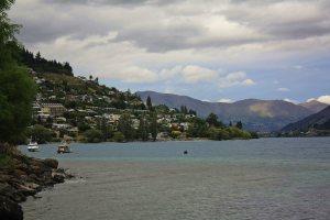 Perfil de Queenstown desde el lago
