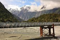 Puente sobre rio glaciar